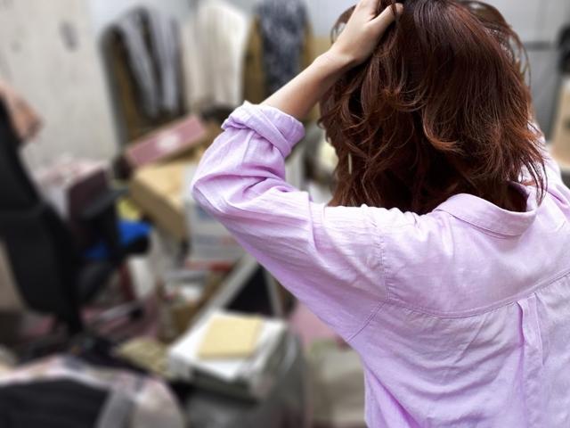 ゴミ屋敷に頭を抱える女性