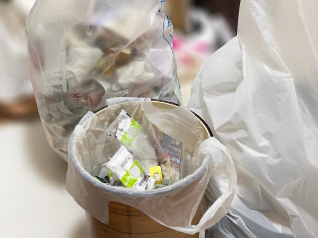 ゴミ箱と大量のゴミ