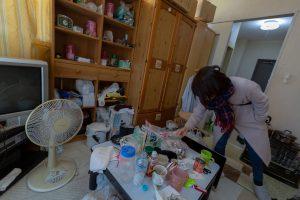 ゴミ屋敷に住む女性